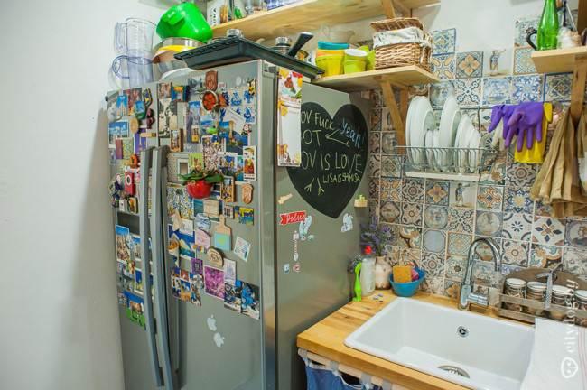 Двухсекционный холодильник на прямой кухне под дерево
