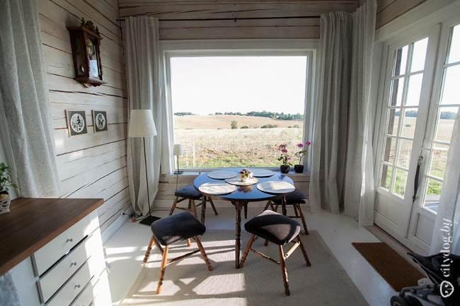 Стол и табуретки на кухне