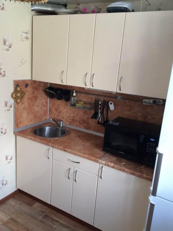 Простая белая прямая кухня 6 кв.м. с телевизором над столом