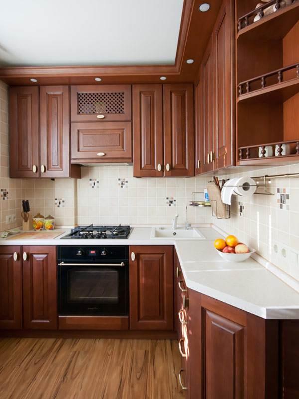 Белая столешница на угловой кухне