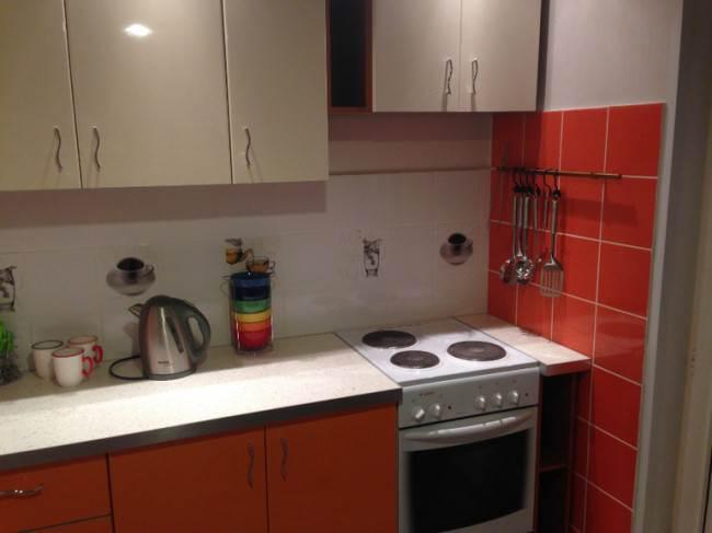 Дизайн оранжево-бежевой кухни 9 кв.м. с выходом на балкон