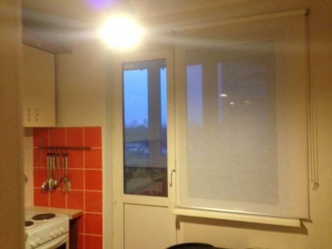 Рулонная штора на кухонном окне