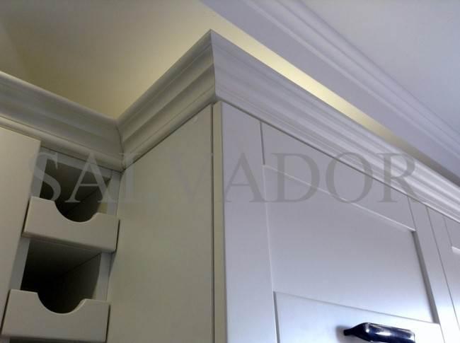 Классический белый карниз по верху кухонных шкафов