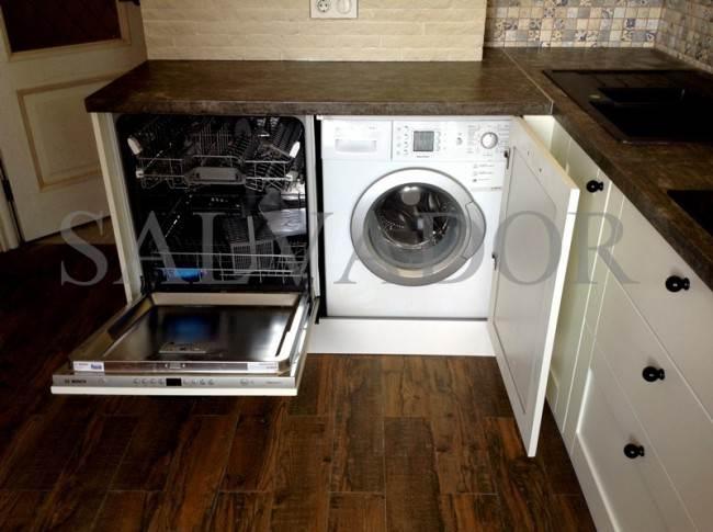 Посудомойка и стиральная машина на кухне