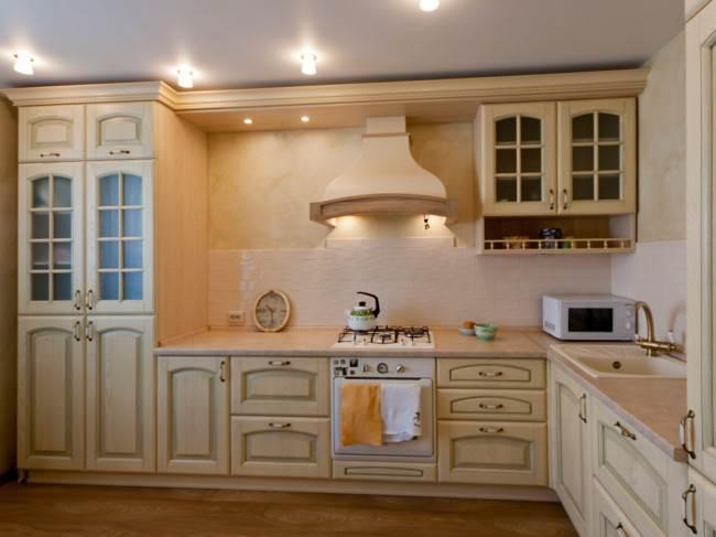 Угловая молочная кухня в классическом стиле с элегантно спрятанным котлом