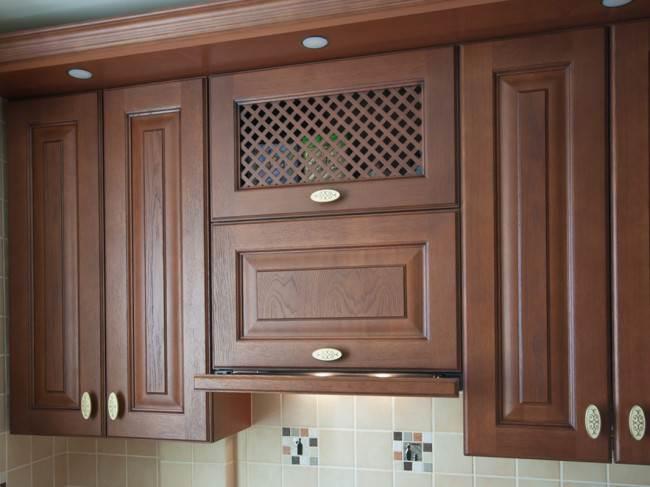 Дизайн угловой кухни 6 кв.м. из массива дуба с патиной