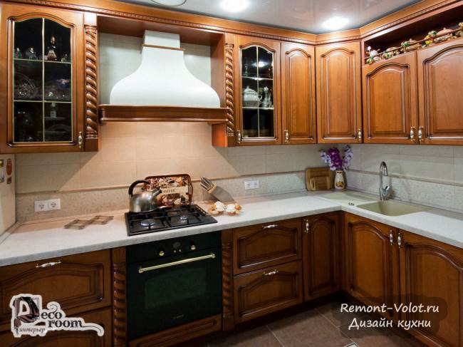 Угловая кухня из массива акации со скрытым газовым котлом