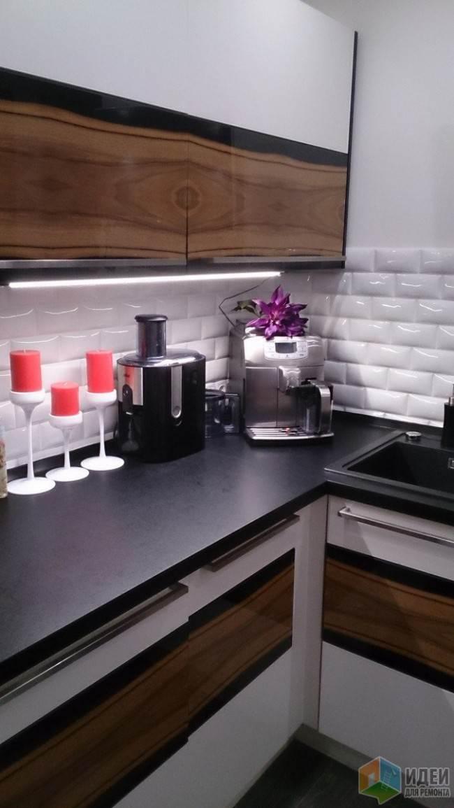 Черная столешница на белой угловой кухне
