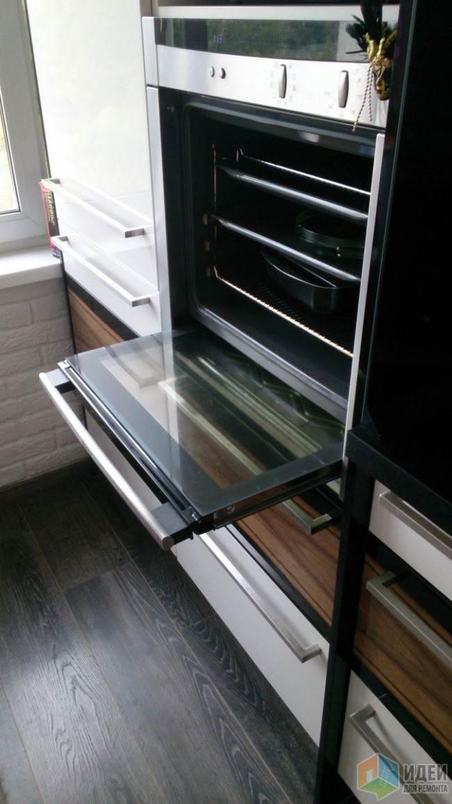 Темный ламинат на белой кухне