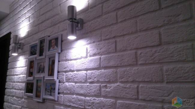 Стена из белого декоративного кирпича