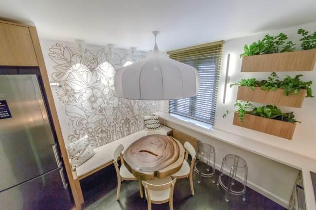 Барная стойка под окном на кухне