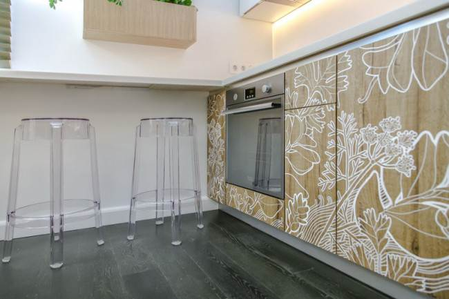 Прозрачные стулья из пластика на кухне