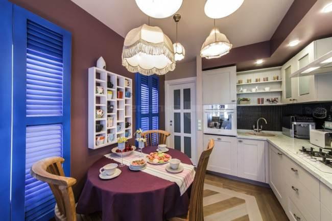 Белая кухня с фасадами из массива