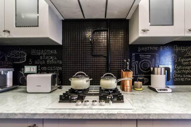 Фартук из черной мозаики на кухне