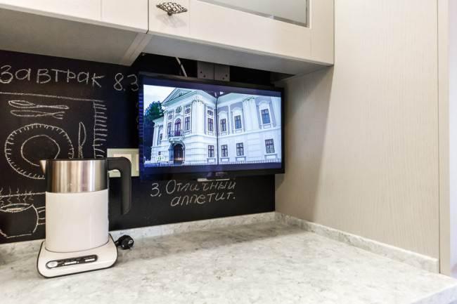 Телевизор на кухонном фартуке