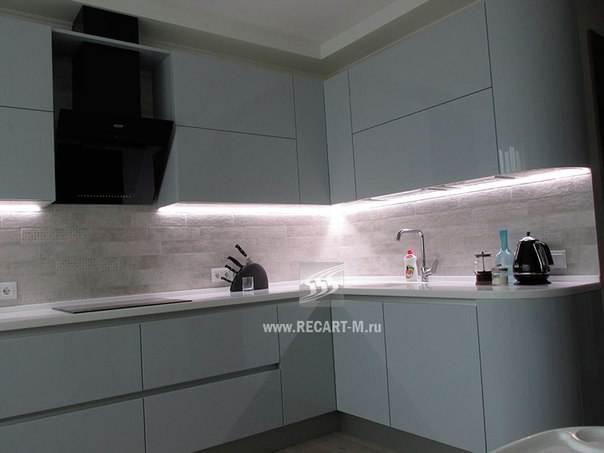 Дизайн белой кухни с фасадами без ручек. Фурнитура Blum и Kessebohmer