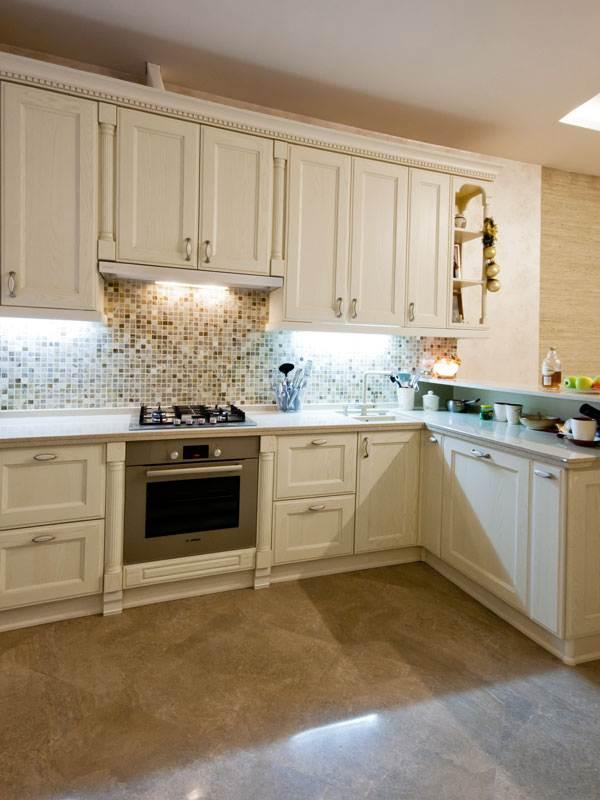 Дизайн классической кухни из массива с мозаичным фартуком