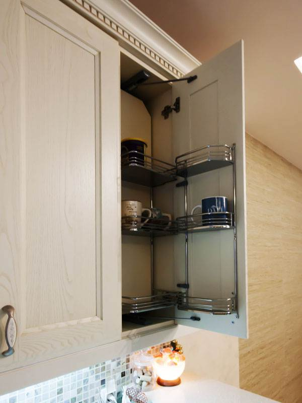 Скрытая система хранения в верхнем шкафчике кухни