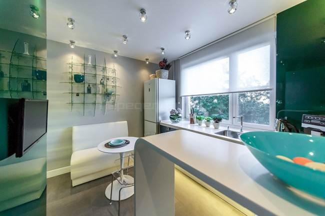 Дизайн зеленой кухни 10 кв м фасадами-хамелеонами. Проект из «Квартирного вопроса»