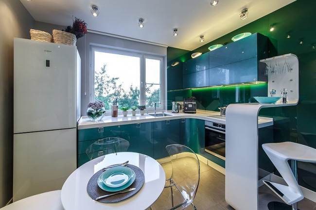 Угловая кухня с современной барной стойкой