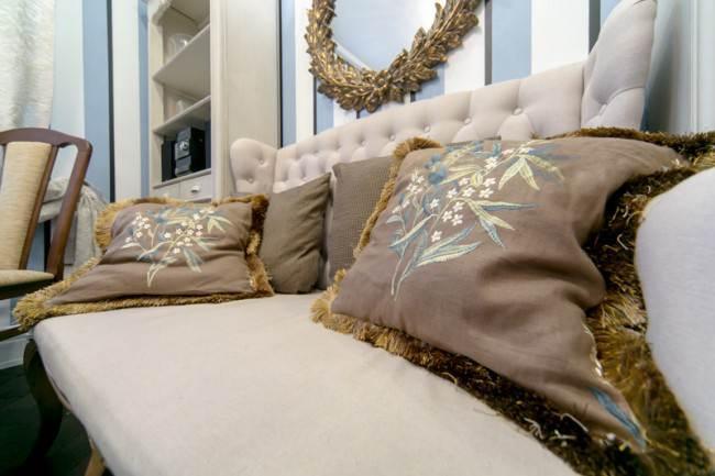 Мягкий диван на угловой кухне