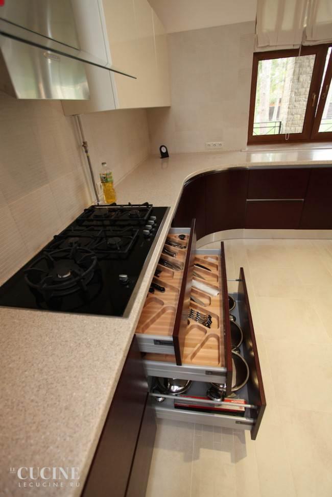 Вместительные выдвижные ящики в нижнем модуле кухни