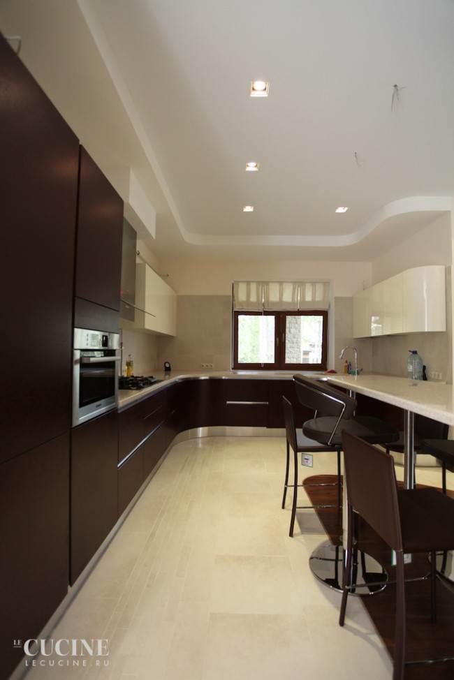 Коричневые и белые фасады на п-образной кухне из массива