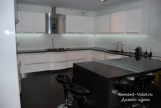 Белая п-образная кухня с выгнутыми фасадами