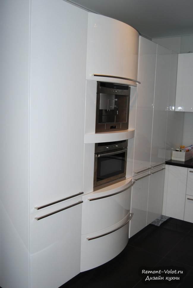 Шкаф с радиусными фасадами и встроенными бытовыми приборами