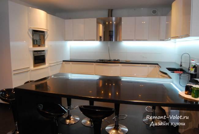 Как смотрятся радиусные фасады на большой белой кухне? (6 фото)