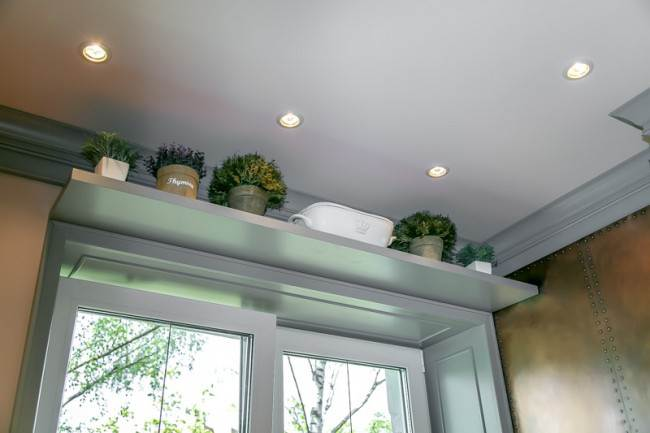 Полка для цветочных горшков над окном кухни