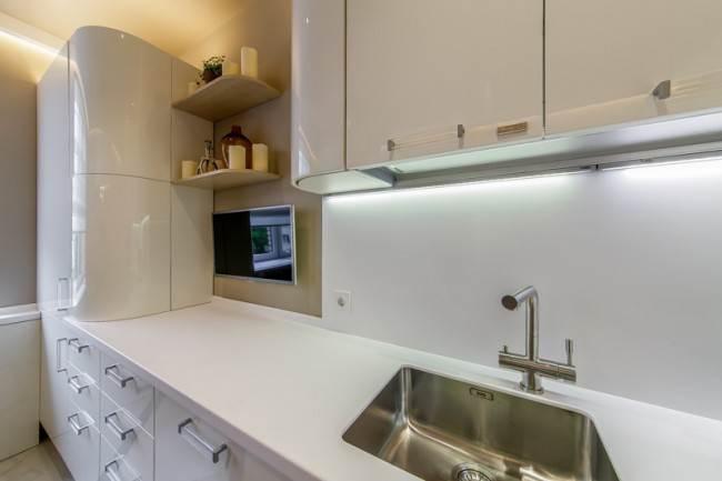 Дизайн белой кухни 13 кв м с зеленым диваном. Из «Квартирного вопроса»