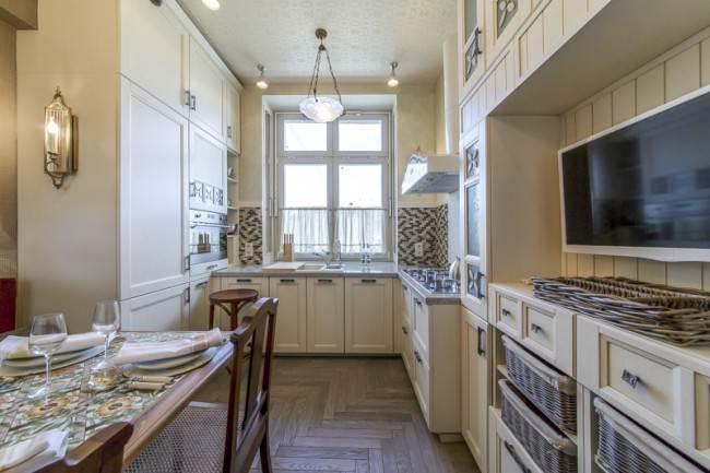 П-образная кухня-столовая с неоклассическими фасадами