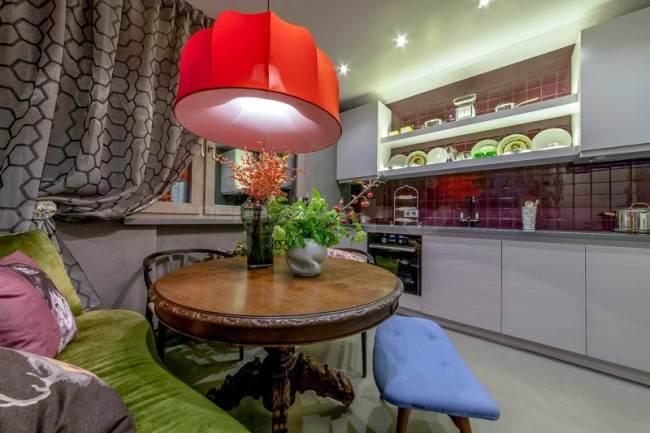 Белая прямая кухня с красивой обеденной зоной