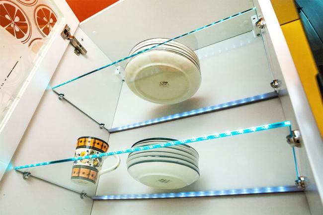 Дизайн белой кухни 10 кв.м с желтыми стенами и столешницей. Квартирный вопрос