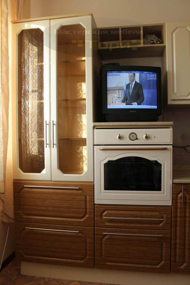 Духовой шкаф в пенале кухни