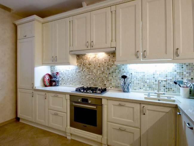 Дизайн большой классической кухни с молочными фасадами в Рязани (12 фото)