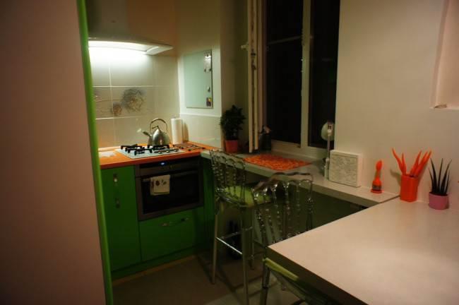Угловая барная стойка на маленькой кухне