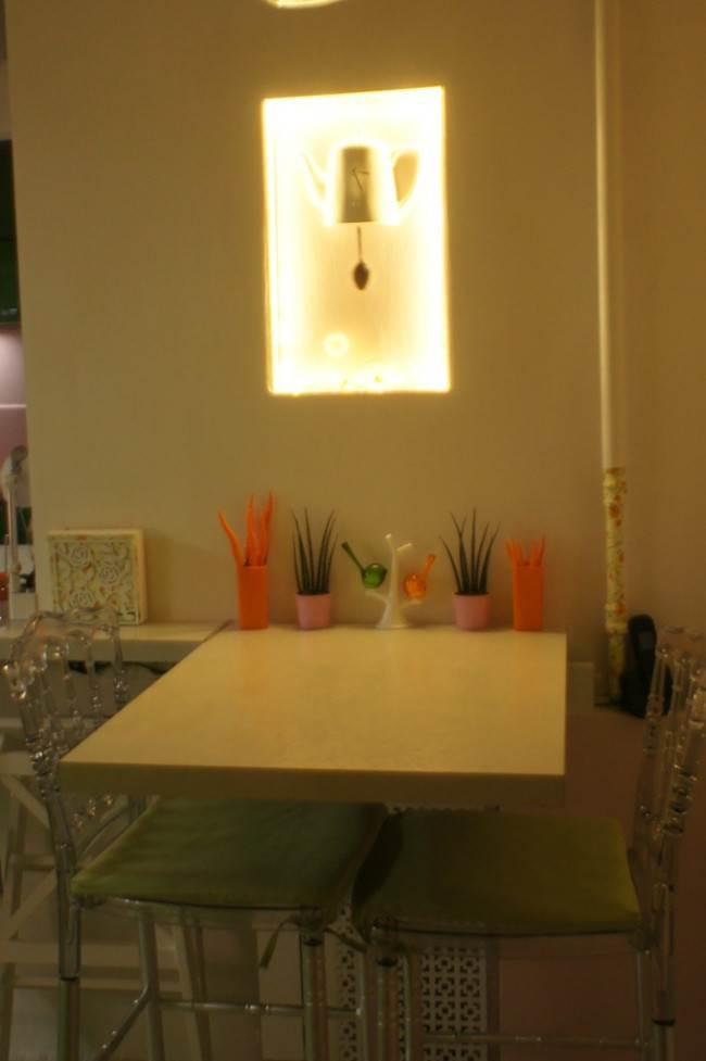 Дизайн и ремонт кухни 6 кв.м. в сталинке со столешницей под подоконник