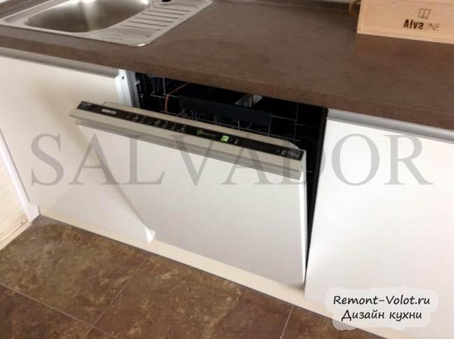 Встроенная посудомоечная машина на кухне под столешницей