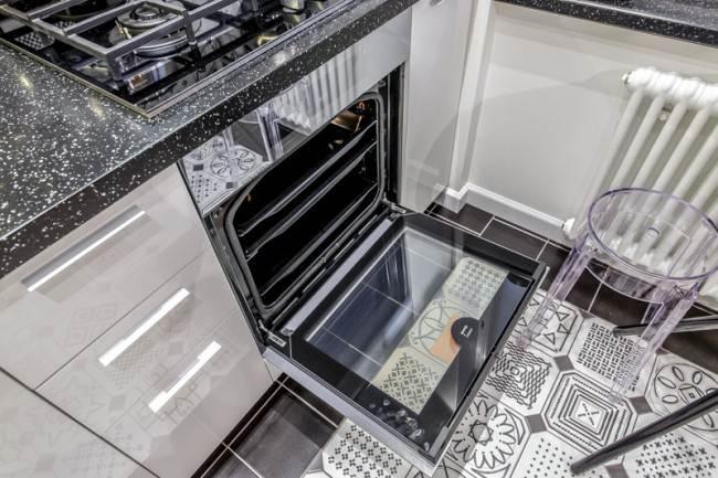 Дизайн кухни 7 кв.м. в хрущевке с дверью-книгой. Квартирный вопрос