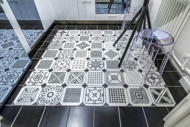Черная-белая плитка для кухни на пол
