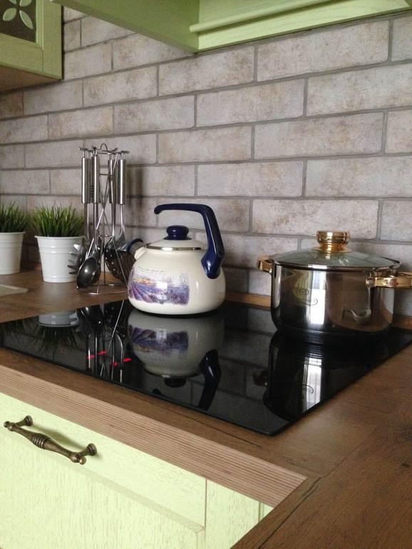Декоративный кирпич на кухонном фартуке