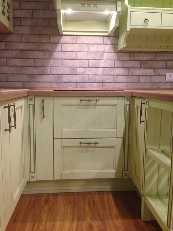 Светло-зеленые фасады на кухне