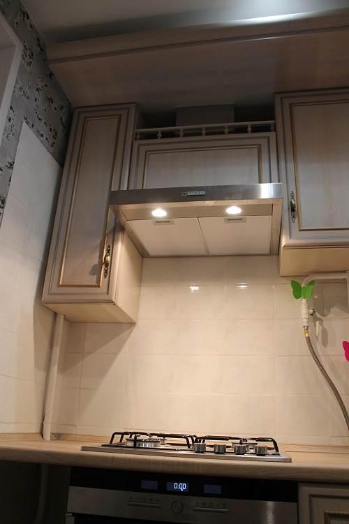 Вытяжка встроена в кухонный шкаф