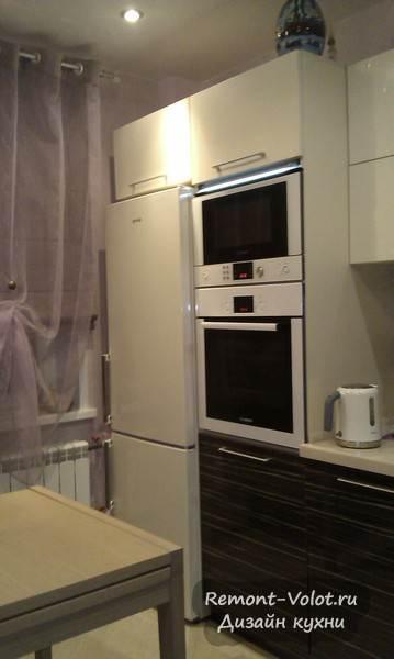Современная кухня с бежевыми фасадами