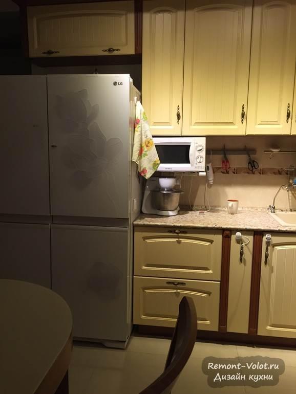 Двухсекционный холодильник напротив обеденной зоны