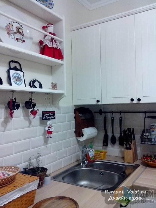 Плитка Кабанчик на белой кухне