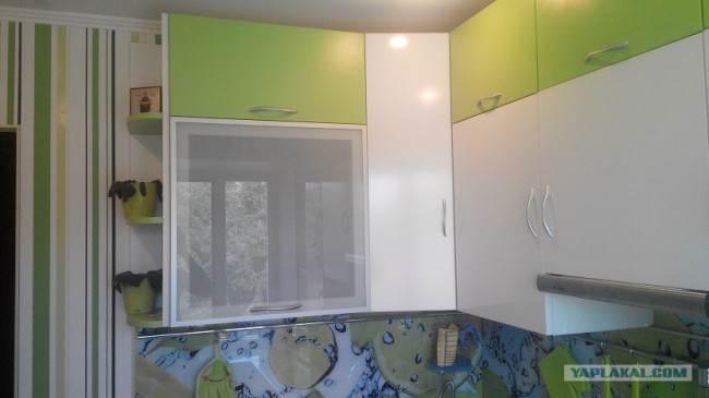 Бело-зеленые фасады на кухне