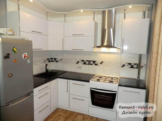Угловая кухня из белого пластика